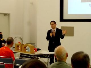 橋の科学館講演会「橋の仕組みと構造を模型で学ぼう」の写真:参加者からの質問に答える鍋島氏