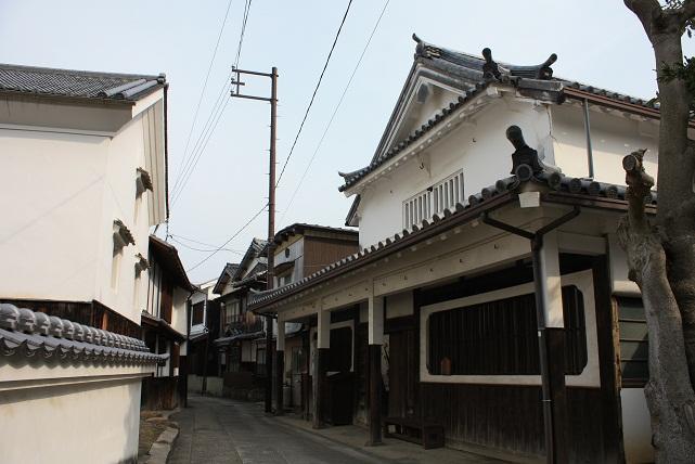 若胡子屋跡(わかえびすやあと)(写真右側)