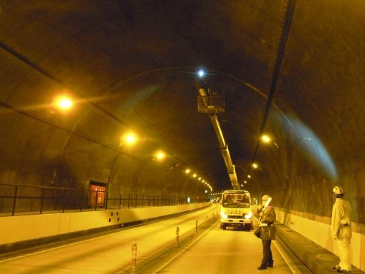 トンネル内で高所作業車を使用した点検作業