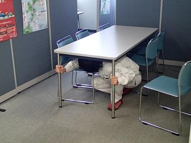 テーブルの脚をもって、地震の揺れに耐えています。