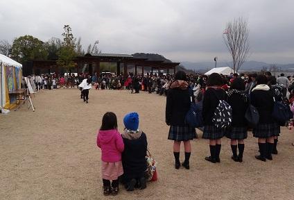 芝生ステージの様子 子供や学生が多数参加しています