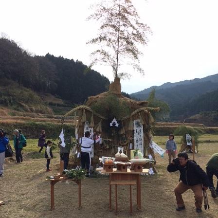 長く燃えるよう竹で囲いを作ったり、中にわらを敷き詰めて。いるそうです