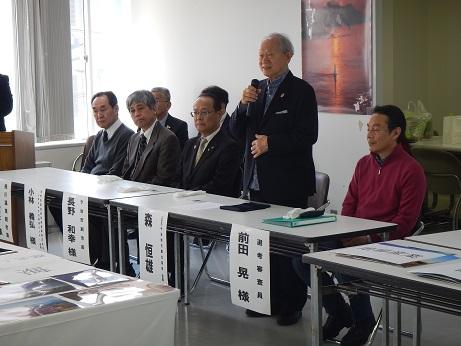 今治地方観光協会会長による開催のご挨拶。右端が写真家の前田晃さん