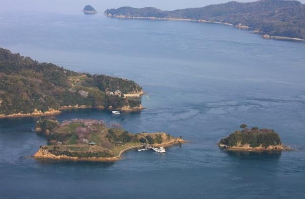 カレイ山から見た鵜島、能島、鯛崎島 船が着いている左手前が能島