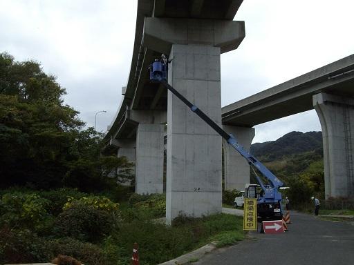 高所作業車による点検状況(第二大三島ランプ橋)