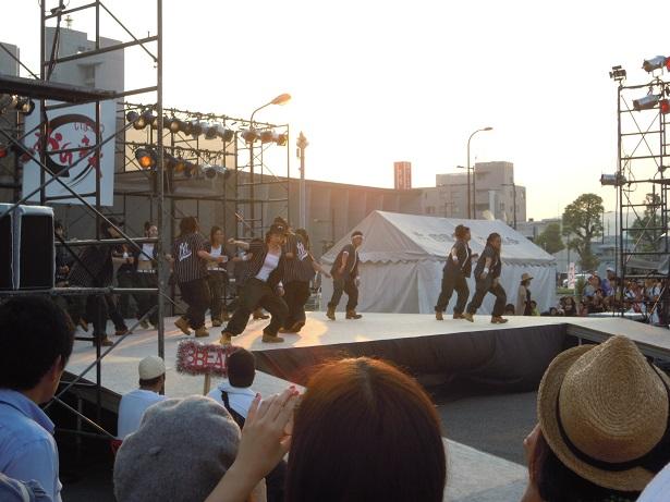 バリテラス会場の特設舞台で繰り広げられたダンスパフォーマンス