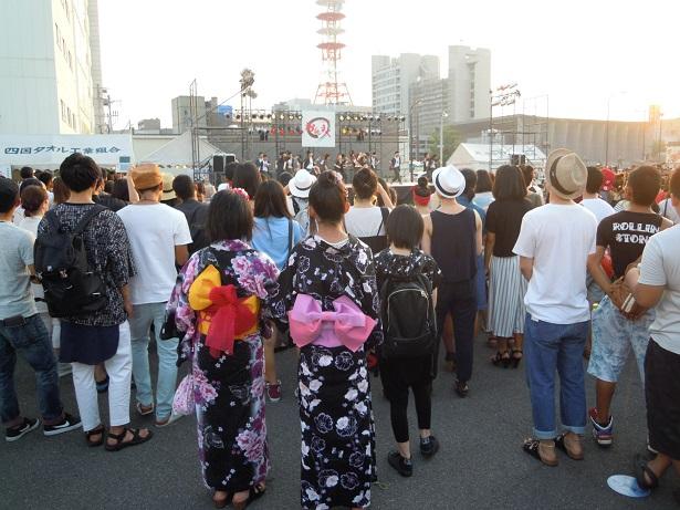 大勢の市民がダンスを見ていました