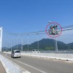 ケーブル作業車を使用して吊橋主ケーブルの点検・補修を行っています