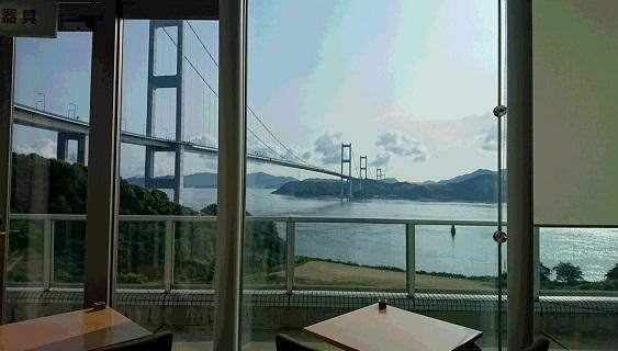 雄大な橋の眺め(朝日が当たるので、朝は窓際には、座れません)