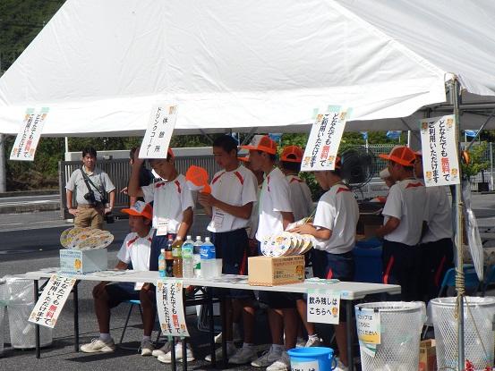 中学生ボランティアによる飲み物の無料サービス