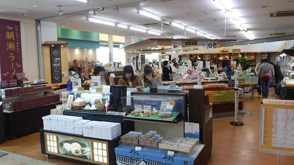 来島海峡SA施設内の売店を見学しながら、土産ものを物色中