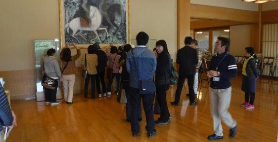 平山郁夫美術館の受付にて。この後の見学では撮影禁止です。