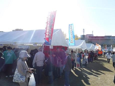 人気の「宇和島水産高校」のマグロの缶詰に開始前から長蛇の列。 あっという間に売り切れたようです。