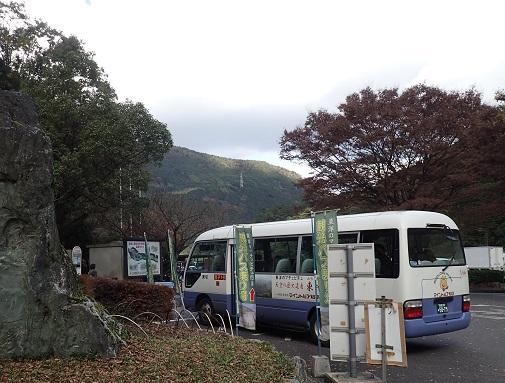 東平地区へは、道幅が狭いので観光バスで