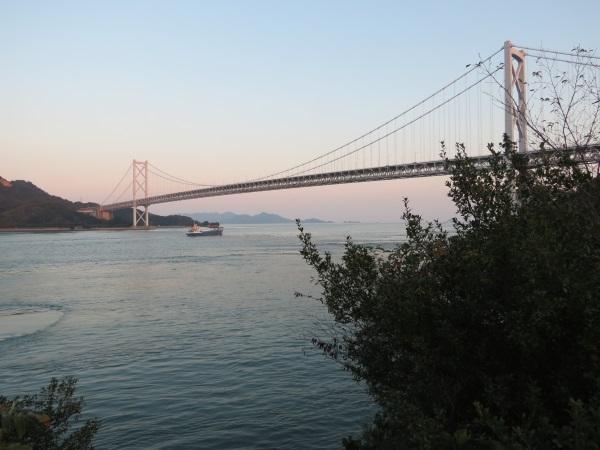夕暮れに映える「因島大橋」