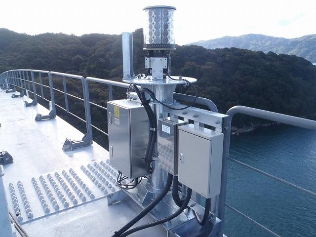 大三島橋アーチリブ上部の発光部がLEDランプに更新されました。