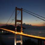 橋のてっぺんでピカピカ白く光っているのは何ですか?