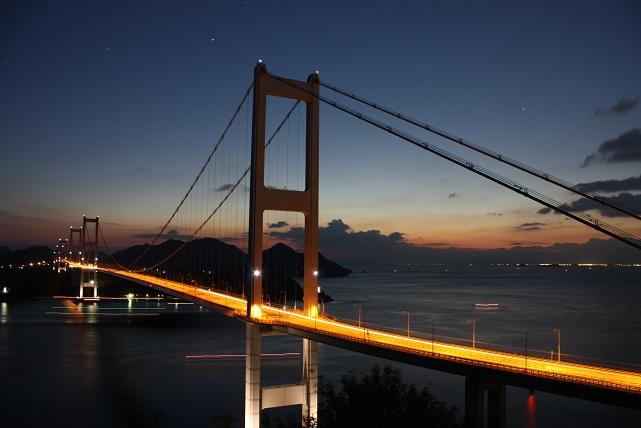 橋のてっぺんでピカピカ白く光っ...