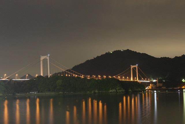 大島大橋の塔鵰の両端に航空障害灯の白色光が・・・