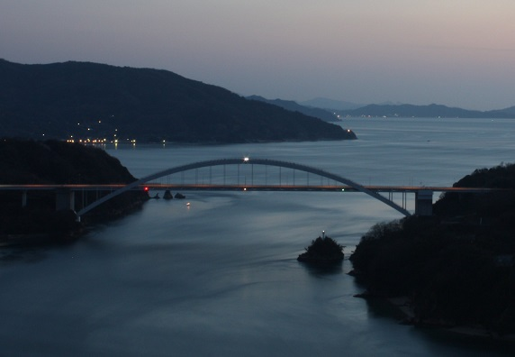 大三島橋アーチリブ上部中央付近に航空障害灯の白い光が・・・